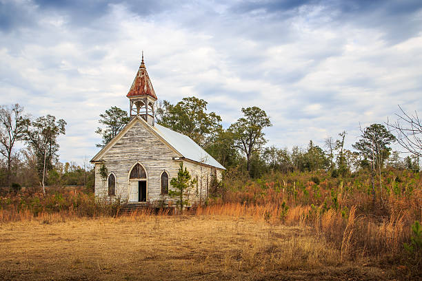 abandoned presbyterian church in the black belt of alabama - abwesenheit stock-fotos und bilder