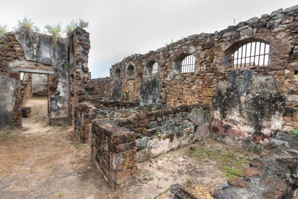 verlassene gefängnis in heil inseln, französisch-guayana. - rettungsinsel stock-fotos und bilder
