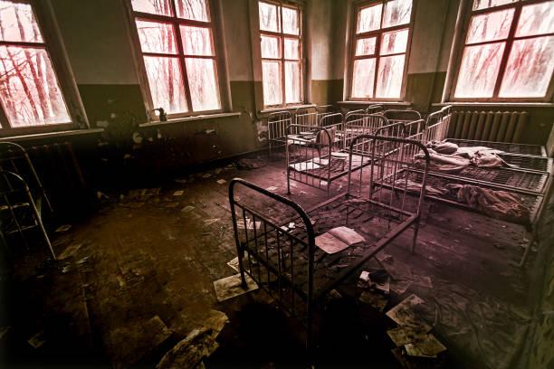 abandonné hôpital psychiatrique - hopital psychiatrique photos et images de collection