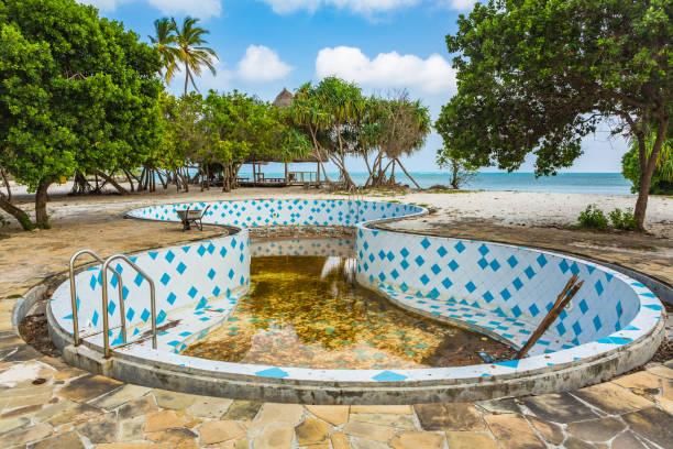 verlassenes resort. sansibar, tansania. - keramik fliesen handwerk stock-fotos und bilder