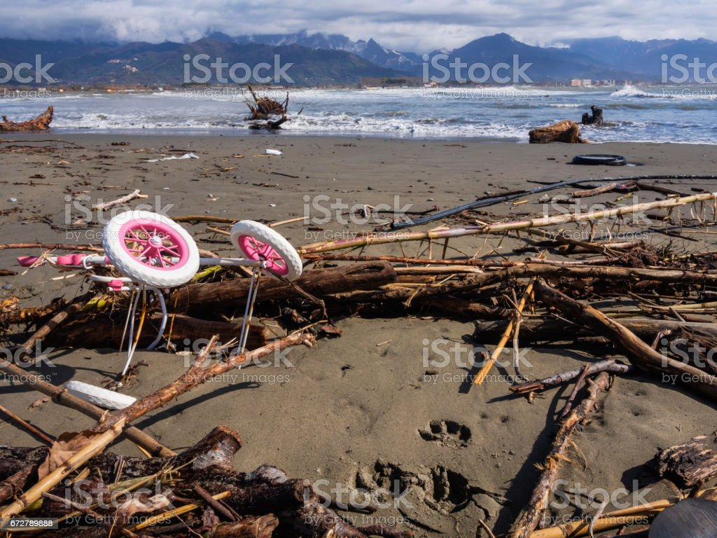 Abandoned stroller along the beach - foto stock