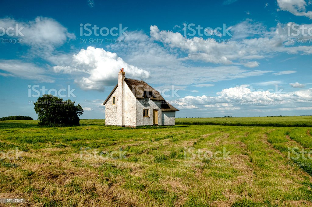 Verlassenen strohgedeckte Hütte – Foto