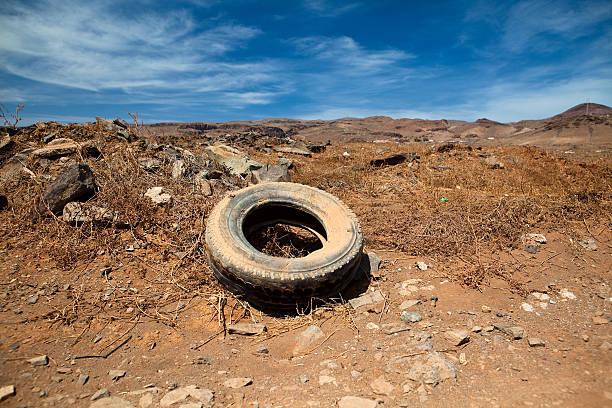 Verlassenen Reifen Natur-symbol der Umweltverschmutzung – Foto