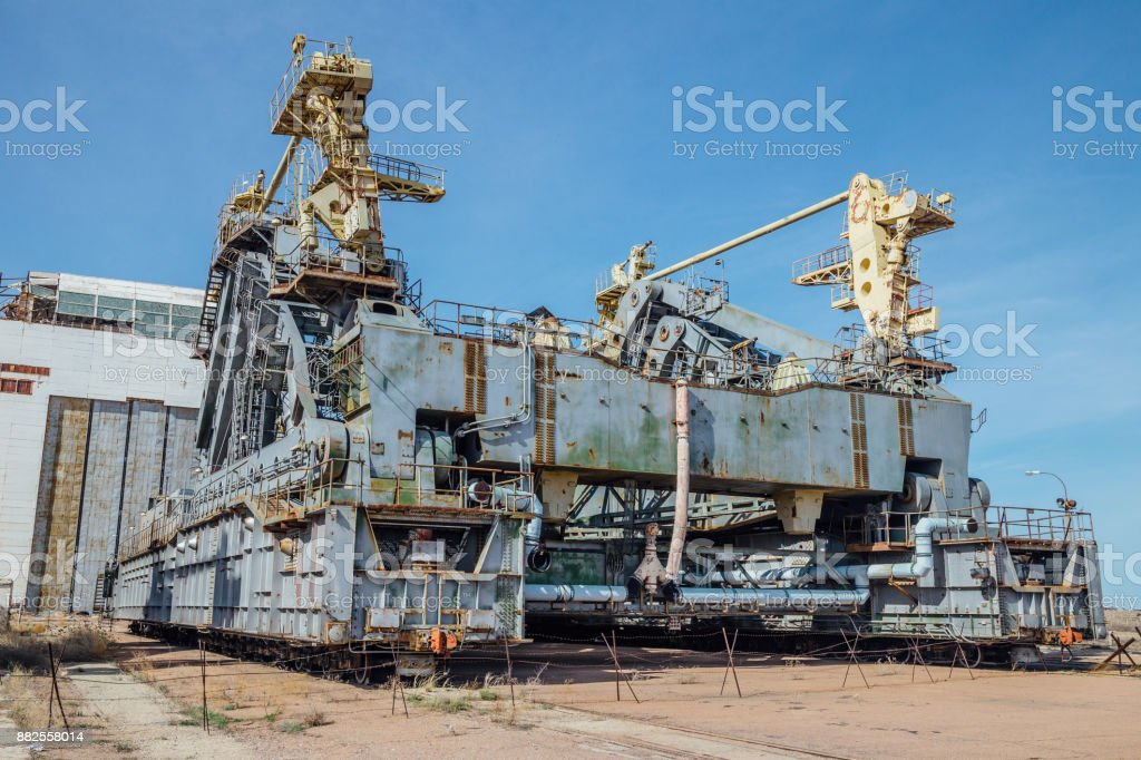 abandoned-transport-and-installation-unit-grasshopper-for-spaceship-picture-id882558014