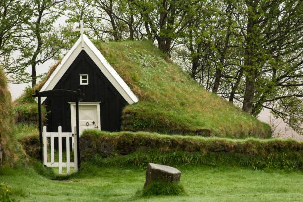 verlassene grabenkirche in nupsstadur, island - hobbit häuser stock-fotos und bilder