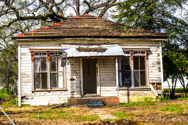 abandoned uninhabitable one level home - dilapidated stock pictures, royalty-free photos & images