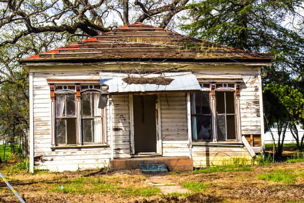 verlaten onbewoonbaar één niveau huis - slechte staat stockfoto's en -beelden