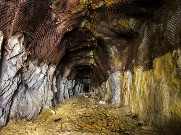 verlassenen uranmine - u bahn stock-fotos und bilder