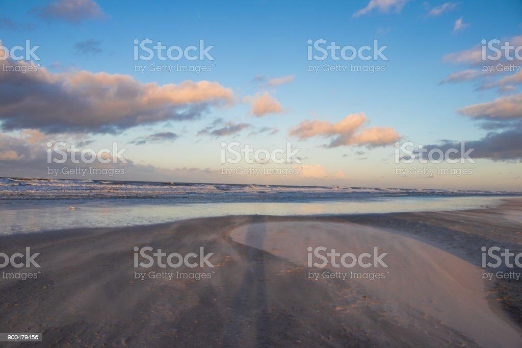 Abenddämmerung auf Nordseeinsel Spiekeroog mit Wind, Wellen und Wolken im Winter stock photo