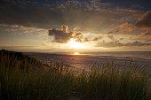 Nahender Sonnenuntergang am Strand der niederländischen Insel Ameland.