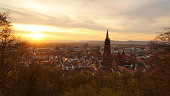 Romantische Ansicht von der Stadt Freiburg im Breisgau. Aufgenommen vom Kanonenplatz oberhalb der Stadt, in romantischem, frühlingshaftem Licht im März.