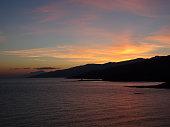 Sonnenuntergang auf griechischer Insel in der Ägäis mit Bergen, Meer und Himmel