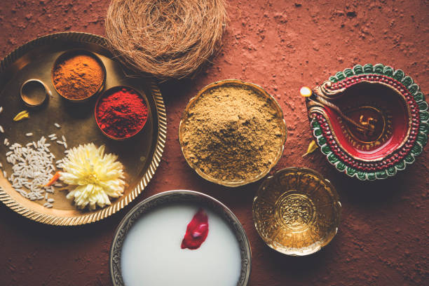 Abhyanga Snan am ersten Tag von Diwali - spezielle Kräuterbad mit Ubtan oder Utne, eine Mischung Kräuterpulver verfügen über Badewanne und schrubben anlässlich Diwali, selektiven Fokus – Foto