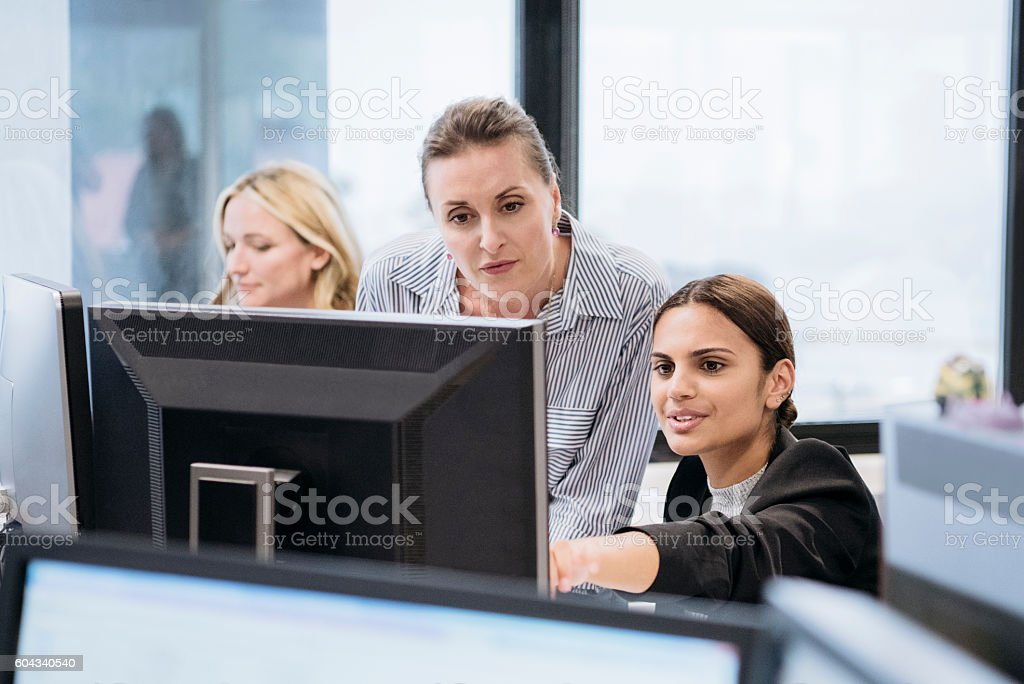 Aboriginal Australian businesswoman using computer with female colleague – Foto