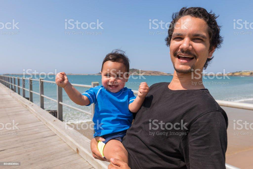 Eingeborene Australier Vater und Sohn am Strand – Foto