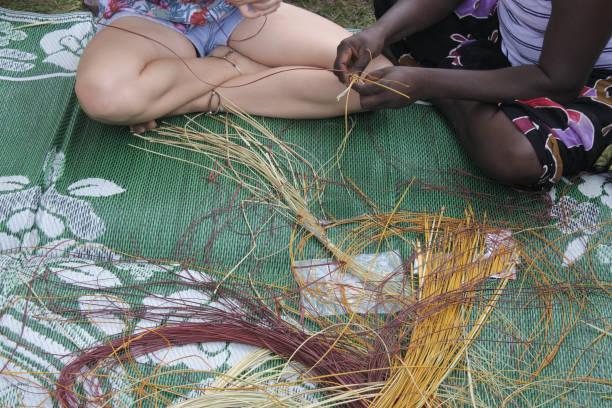 aboriginal korg vävning - halmslöjd bildbanksfoton och bilder