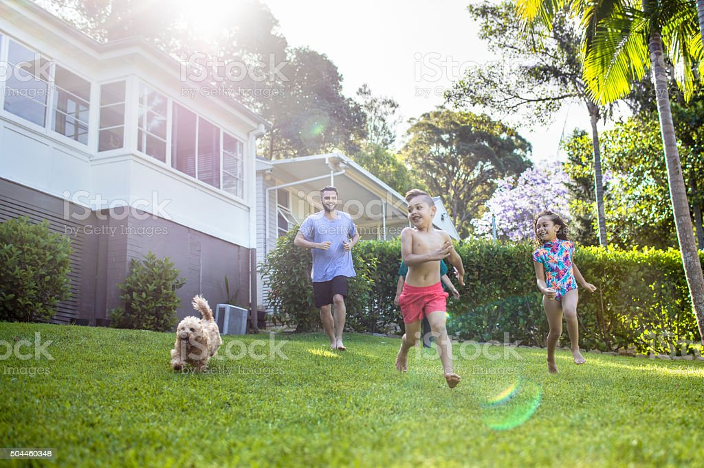 Aboriginal family enjoying the day in the garden at home​​​ foto