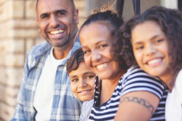 aborigines family portrait mit 2 eltern und 2 kinder. - tribal tattoos stock-fotos und bilder