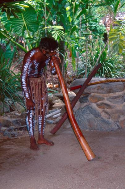 aborigines blasen auf einem didgeridoo - typisch 90er stock-fotos und bilder