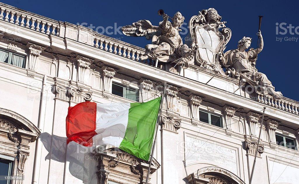 De Italia/Consulta Palace, bandera italiana Tricolore, Piazza Quirinale, Roma - foto de stock