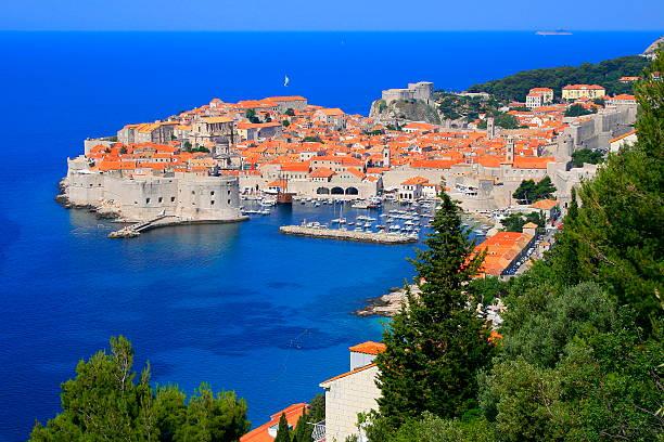 por encima de la ciudad antigua de dubrovnik con idílica playa mediterránea del mar adriático de croacia - antigua yugoslavia fotografías e imágenes de stock