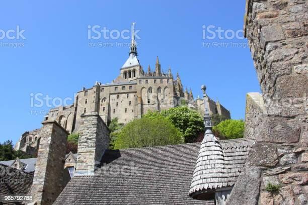 Above The Village Rooftops The Mont Saintmichel Castle — стоковые фотографии и другие картинки Аббатство
