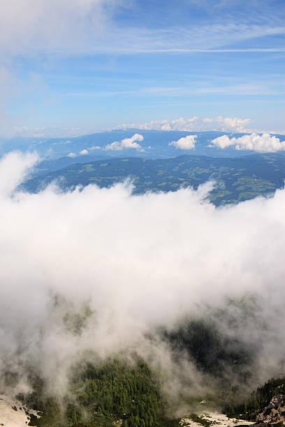 über der weißen wolke - 525d stock-fotos und bilder