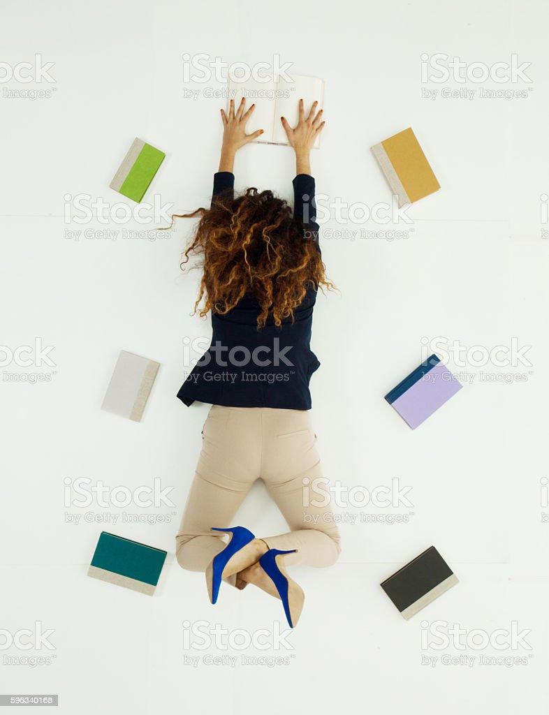 Über Ansicht von Geschäftsfrau liegen mit Büchern Lizenzfreies stock-foto