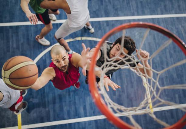 Über Ansicht der ermittelten Basketball-Spieler in Aktion. – Foto