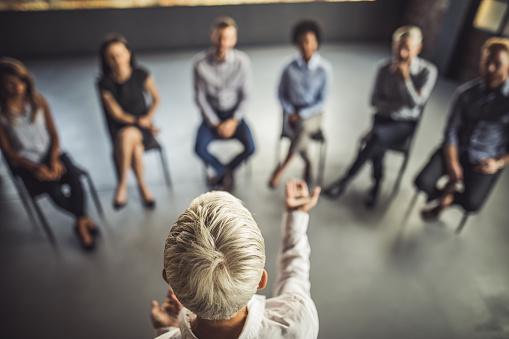 Above View Of Female Instructor Leading A Business Group Therapy - zdjęcia stockowe i więcej obrazów Biuro