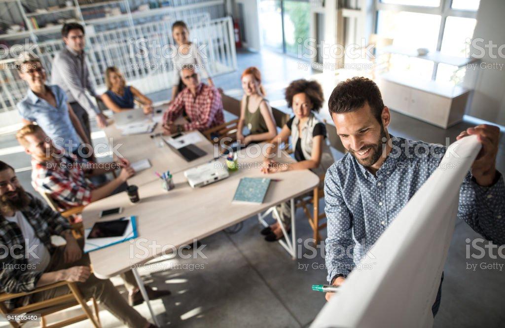 Über Ansicht der glückliche Unternehmer den Business-Plan, sein Team zu erklären, an einer Präsentation im Büro. - Lizenzfrei Analysieren Stock-Foto