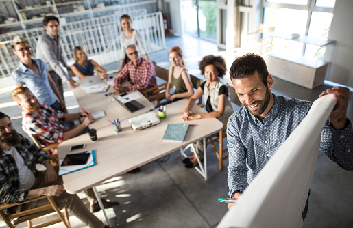 Mutlu Girişimci Iş Planı Bir Sunum Ofiste Ekibine Açıklayan Görünümünü Yukarıda Stok Fotoğraflar & Adamlar'nin Daha Fazla Resimleri