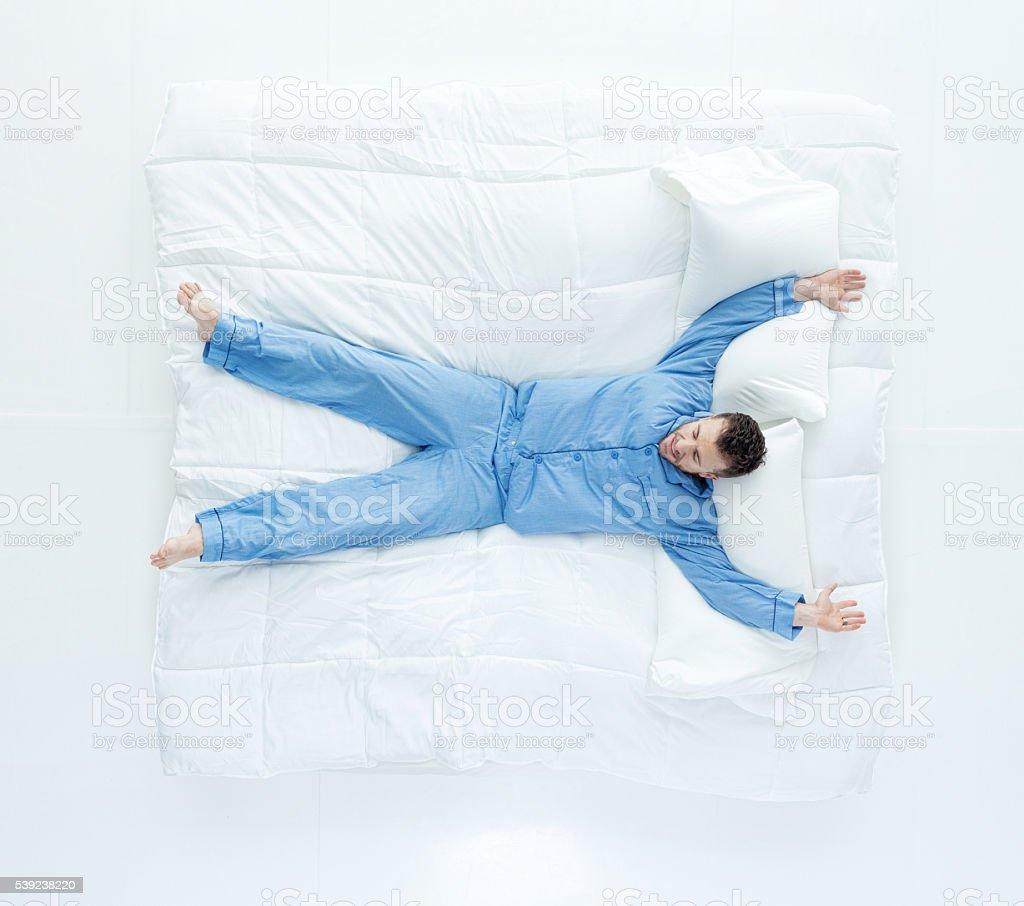Vista de arriba de hombre acostado de cama foto de stock libre de derechos