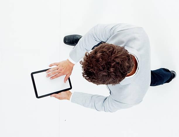vista por encima de elegante informal hombre usando tableta - sólo hombres jóvenes fotografías e imágenes de stock