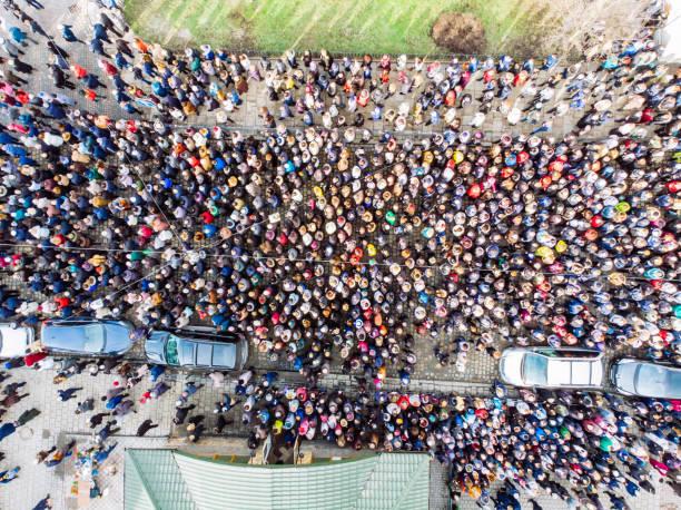 kalabalık görünümü yukarıdaki. insanların büyük miktarda. - geçit töreni stok fotoğraflar ve resimler