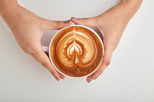 Ovanför Kvinna Hand Innehav Av Kaffe Latte-foton och fler bilder på Bord