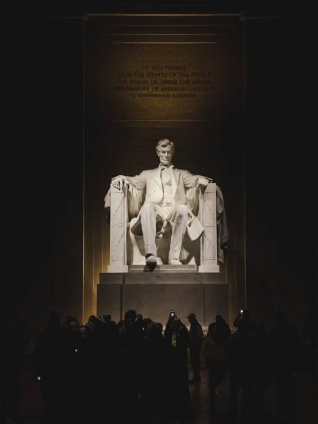 abraham lincoln denkmal statue nachts beleuchtet - lincoln united stock-fotos und bilder