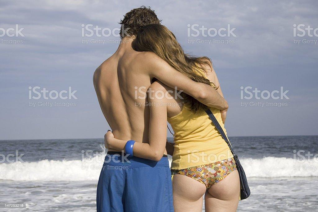 abrazo en la playa stock photo
