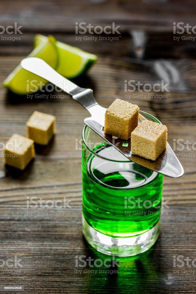 Absinth Glas mit Limettenscheiben auf hölzernen Hintergrund – Foto