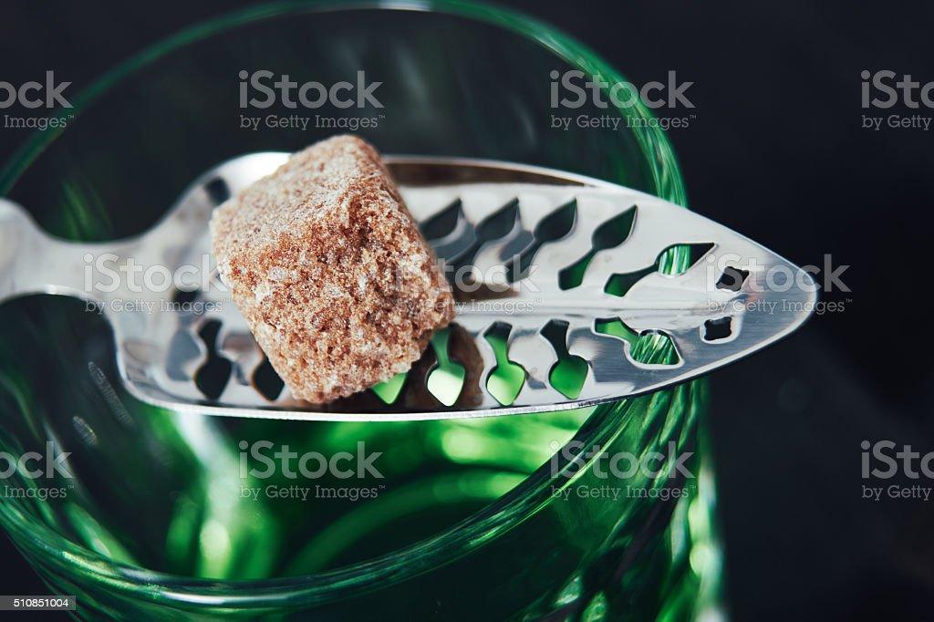 Absinth mit Löffel und Zucker Cube – Foto