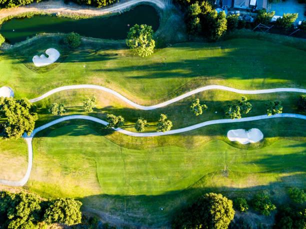 abstrakte luftaufnahme des golfplatzes - sprüche über reisen stock-fotos und bilder