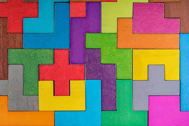 Resumen de antecedentes. Fondo con bloques de madera de diferentes formas colores. Formas geométricas en diferentes colores. Concepto de pensamiento creativo, lógico o de resolución de problemas. - foto de stock