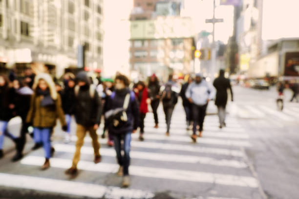 abstract background image of defocused people walking on busy street - city walking background foto e immagini stock