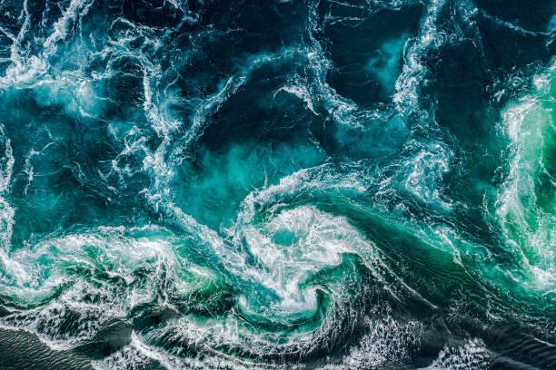 Abstrakter Hintergrund. Wasserwellen des Flusses und des Meeres treffen bei Flut und Ebbe aufeinander. Whirlpools des Strudels von Saltstraumen, Nordland, Norwegen – Foto