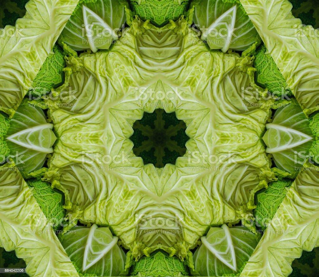 Fondo abstracto con diseño geométrico caleidoscópica de cabezas de col verde en el mercado - foto de stock