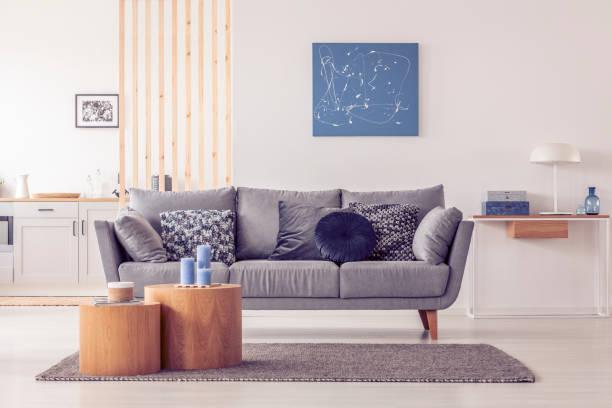 Abstrakte blaue Malerei auf leere weiße Wand von offenen Wohnung – Foto