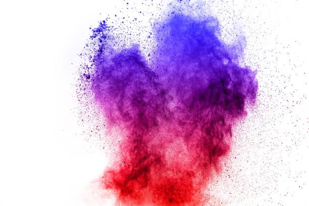 abstraktes blau-rot-staub-ex auf weißem hintergrund. abstrahieren sie blau-rote pulver spritzte auf weißem hintergrund zu, frieren sie bewegung der blau-rote pulver explodiert. - lila waffe stock-fotos und bilder
