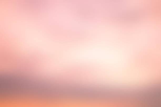 abstrakte schönheit wolkengebilde verwischen sonnenaufgang goldene stunde in zart rosa pastell ton farbe paradies landschaft horizontale szenenhintergrund mit sonnenlicht glänzen, frühling und sommer-saison-konzept - coral and mauve stock-fotos und bilder