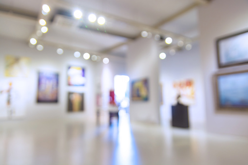 istock Abstract Blur Defocus Background of Art Gallery Museum or Showroom 907456004