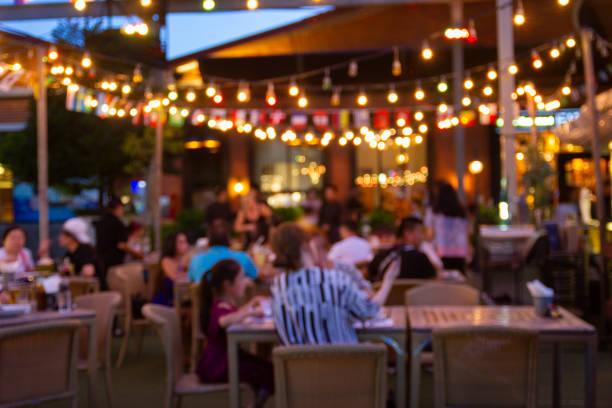 mutlu ve huzurlu bir restoran ve atmosfer gece festivalin soyut bulanıklık görüntü - akşam yemeği yemek stok fotoğraflar ve resimler